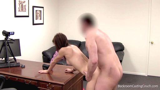 Во время потрахушек на порно кастинге давалка испытала оргазм