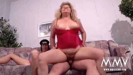 Полная старушка и зрелая проститутка вместе доставляют кайф трансвеститу