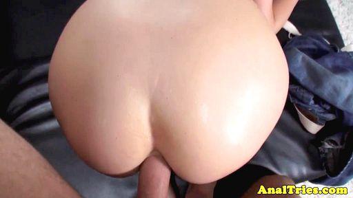 Брюнетка сделала минет и впустила влажный пенис в узкую попу